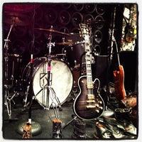 Das Foto wurde bei John Varvatos Bowery NYC von Linz S. am 12/16/2012 aufgenommen