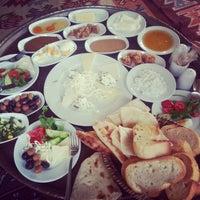 3/10/2013 tarihinde Gülistan K.ziyaretçi tarafından Van Kahvaltı Salonu'de çekilen fotoğraf