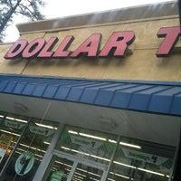 Foto scattata a Dollar Tree da Torrey H. il 12/16/2012
