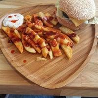 Foto tirada no(a) Beeves Burger & Steak house por Şener K. em 5/25/2014