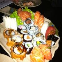 Foto tirada no(a) Yukusue Sushi por Maíza R. em 8/16/2013