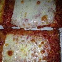 Foto tirada no(a) Rizzo's Fine Pizza por Bonnie C. em 8/27/2014
