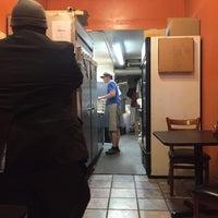 รูปภาพถ่ายที่ Emilia's Pizzeria โดย Angie C. เมื่อ 5/16/2015