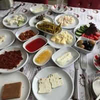 Foto tomada en ÇAKIR Menemen & Kahvaltı Salonu por Nagihan A. el 6/24/2018