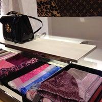 1/7/2013 tarihinde Elcin 🎶🎶ziyaretçi tarafından Louis Vuitton'de çekilen fotoğraf