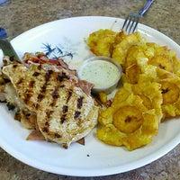 Foto tomada en Maracas Latin Restaurant por Miguel T. el 5/27/2015