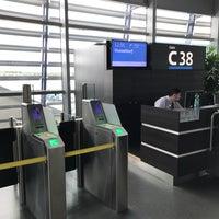 Foto diambil di Gate C38 oleh Milan O. pada 7/11/2017