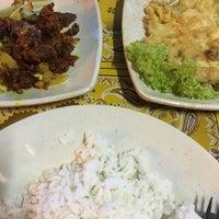 Photo taken at Tomyam Seafood BT2 by Rizal O. on 5/22/2018
