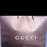 รูปภาพถ่ายที่ Gucci โดย A เมื่อ 12/13/2013