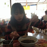 Photo taken at ก๋วยเตี๋ยวป้ารื่น by Chananart C. on 2/20/2016