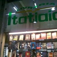 Photo taken at Livraria Itatiaia by Marcus V. on 2/1/2013