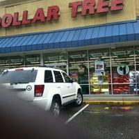 Photo prise au Dollar Tree par Nicole S. le12/16/2012