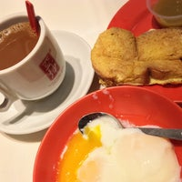 Photo taken at Ya Kun Kaya Toast 亞坤 by Henry S. on 5/4/2016