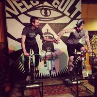 Photo prise au Velo Cult Bicycle Shop & Bar par Jane H. le2/2/2013