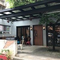 Photo taken at 上樓看看 Arthere Cafe by HooiLing O. on 4/17/2018