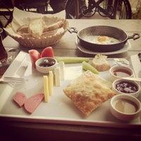 6/8/2013 tarihinde Uğur Akın &.ziyaretçi tarafından Caffe Aşkı'de çekilen fotoğraf