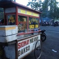 Photo taken at Parkir Timur Lapangan Niti Mandala Renon by Santo N. on 6/18/2013