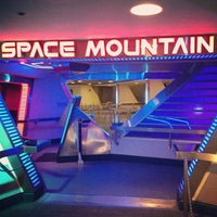 Photo prise au Space Mountain par Jordie P. le4/13/2013