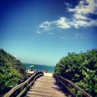 Foto tirada no(a) Praia de Jurerê Internacional por Luana A. em 1/28/2013