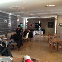 รูปภาพถ่ายที่ W Cafe Brasserie โดย Serdar Ç. เมื่อ 12/16/2012