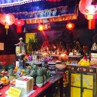 Photo taken at ศาลเจ้าฮกแซ้เก้ง (Hok Zhae Geng : 福生宮) by Aom_Atikom _. on 3/1/2015