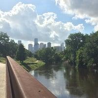 6/20/2014 tarihinde Andrea E.ziyaretçi tarafından Buffalo Bayou Park'de çekilen fotoğraf
