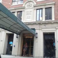 Foto tomada en NYU Rubin Residence Hall por Denice M. el 5/27/2014