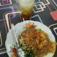 Photo taken at Warung Pecel Bi' Kom by Husnul I. on 12/26/2012
