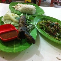 Photo taken at RUMAH MAKAN SEDERHANA CHENESE FOOD & SEA FOOD by man a. on 2/4/2014