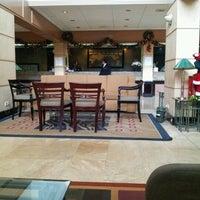 Foto diambil di The Tiara Hotel & Convention Center oleh Puvanah M. pada 12/25/2012