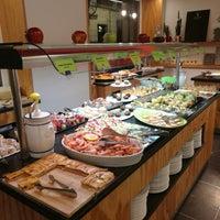Foto tomada en Restaurante LAS PALOMAS Buffet&Tapas por Sergio Abelardo H. el 5/14/2018