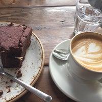 Das Foto wurde bei Café Jonas Reindl von Alaa A. am 6/1/2016 aufgenommen