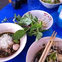 Photo taken at ก๋วยเตี๋ยวเรือลุงเอื้อน By วรรณ Spicy Stock Noodle (Kuai-Teaw Nam-Tok). by Maru I. on 8/20/2013