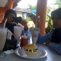 Photo taken at 2nd Venue Burger Gaboh Pekanbaru by maylendraw on 12/12/2013