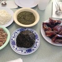 Foto tomada en Helena's Hawaiian Food por Tae Yong K. el 8/2/2013