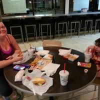 Foto tirada no(a) Burger King por Robert H. em 6/4/2014
