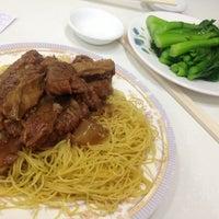 Photo taken at Mak Man Kee Noodle Shop by Tom'mi L. on 12/26/2012