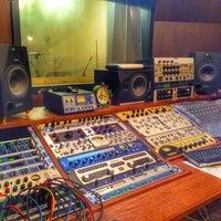 Photo taken at DBS Studio ห้องอ้ดเสียงตรงเหม่งจ๋าย by Joke R. on 5/20/2014