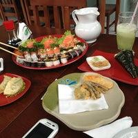 Foto tirada no(a) Sakae Sushi por Christopher J. em 1/17/2013