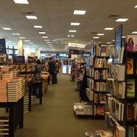 Foto tomada en Barnes & Noble por Saul S. el 11/3/2013