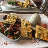 Das Foto wurde bei By Elvis Ocakbasi Restaurant von Lisa S. am 4/21/2018 aufgenommen