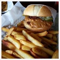 Das Foto wurde bei Killer Burger von Stacey E. am 4/6/2013 aufgenommen