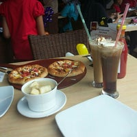 Photo taken at Pizza Hut by Selly t. on 12/26/2015