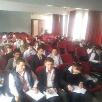 Das Foto wurde bei Alibeyköy Teknik ve Endüstri Meslek Lisesi von Nur Erdem Ö. am 5/10/2013 aufgenommen