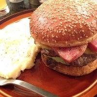 Foto scattata a Whoopi Gold Burger da Reo O. il 7/19/2013