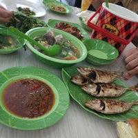 Foto diambil di Restoran Ikan Tude Manado oleh Nopitasari pada 10/25/2017