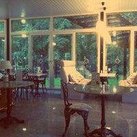 """รูปภาพถ่ายที่ Кафе """"Веранда в парке"""" โดย Marry M. เมื่อ 6/7/2013"""