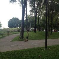 Das Foto wurde bei Chaaloem Phrakiat Park von huiwern am 5/26/2013 aufgenommen