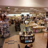 Foto tirada no(a) Barnes & Noble por Dea A. em 7/12/2012