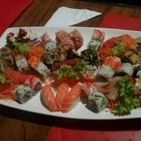 Foto tirada no(a) Sensei Lounge Sushi por Thayna R. em 12/24/2012